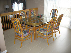 Table de cuisine avec 6 chaises - Dining Table with 6 chairs