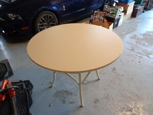 42 inch diameter round table very sturdy excellent condition