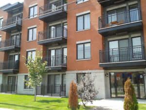 Condo 2011, 700pi2, 1c/c, Air, Gym, S. billard, pres de tout