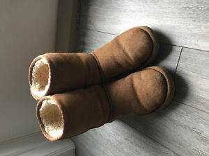 Womens Uggs. size 6
