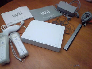 Nintendo Wii with 2 Controllers + game London Ontario image 1
