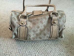 Selling Brand new, never used GUESS brand medium sized purse. West Island Greater Montréal image 2