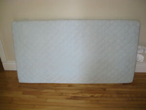Ikea Vyssa Crib Mattress with crib sheets-Matelas pour lit bébé