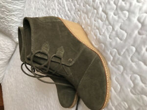 BRAND NEW Toms women's boots size 8w