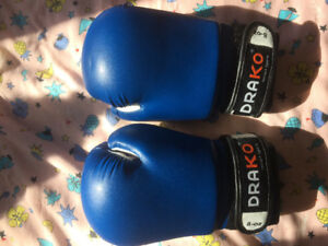 Boxing gloves with straps