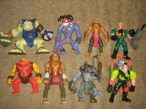 SMALL SOLDIERS FIGURE AND ACCESSORIES LOT