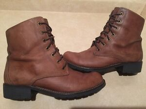 Women's Clarks Leather Boots Size 9 London Ontario image 2
