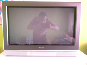 TV Toshiba à tube cathodique CRT  vitre plat et widescreen 16/9