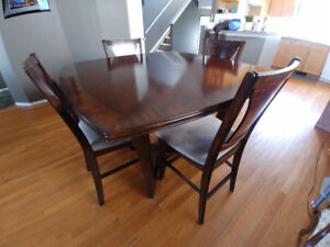 Beautiful 5 piece dining set / Solid Wood