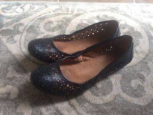 Ladies size 8 naturalizer  flats black leather