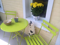Patio set (table with two chairs) / Ensemble patio ou balcon