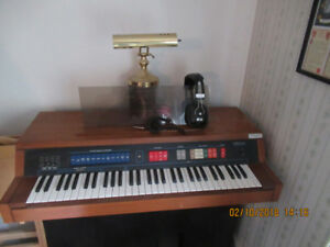 ELECTRIC ORGAN WITH HEADPHONES APARTMENT