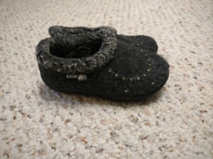 Kamik slippers - size 7T