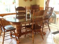 Grande table avec 6 chaises