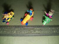 3 figurines dans 3 véhicules