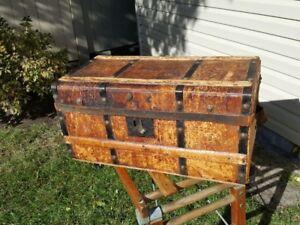 Magnifique vieux coffre en bois recouvert de cuir