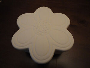 Decorative white floral trinket jewelry box Brand new London Ontario image 3