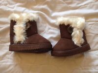 Infant girl snow boots brand new. Size 4 infant