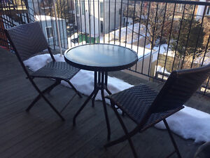 Brown Patio set for 2/ Table extérieure brune pour 2