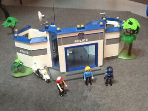 PLAYMOBIL Grand poste de polices et beaucoup d'accessoires