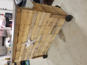 Pallet bar with removable wheels