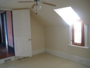 6 BDRM DOWNTOWN STUDENT HOME - $450 - ALL INCLUSIVE Peterborough Peterborough Area image 7