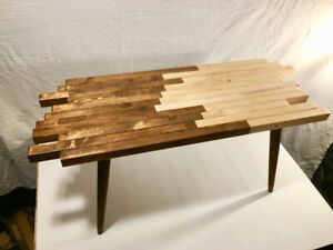 Midcentury modern coffee table with manifold edges