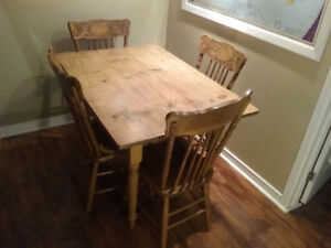 ANTIQUE PINE TABLE WITH 4 PRESSBACK CHAIRS