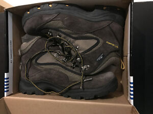 [GREAT CONDITION] - COLUMBIA HIKING BOOTS ~! WORE ONCE, MINTY~!