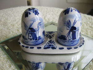 STUNNING BLUE DELFT ELESVA HOLLAND SALT /PEPPER SET with STAND