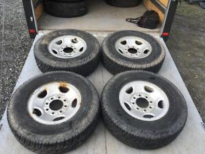 LT245/75/16 Dunlop XT Radial Rover  avec Rims 8 x 165.1