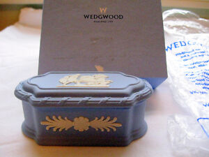 WEDGWOOD WARE BLUE CHINA JEWELLERY OR RING BOX NEW