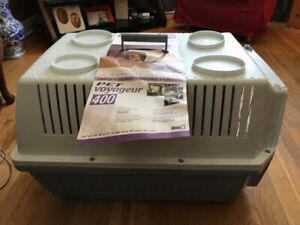 LARGE PET VOYAGER 400 DOG CARRIER/KENNEL. NEAR NEW