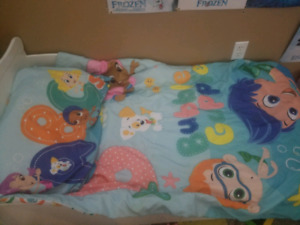 Toddler bee with mattress and bedding