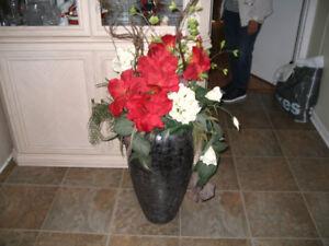 vase (urne) avec fleurs artificielles noir et gris
