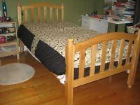 Lit simple en bois massif / Solid wood single bed