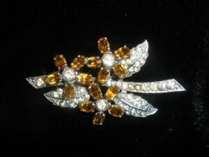 FLORAL BROOCH WITH AMBER STONES