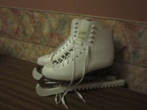 FIGURE SKATES WITH BLADE GUARD