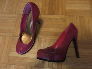 High heel shoes (2 items)