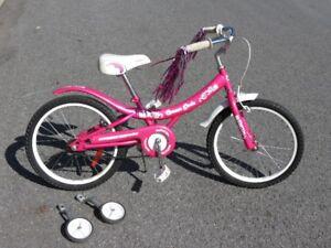 Vélo pour filles (roues de support et casque inclus)