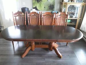 Magnifique table de cuisine style monastère, chaises et bahut