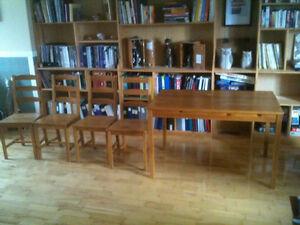 table ikea et ses 4 chaises en bois