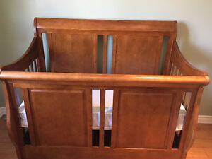 Wood Baby Crib ....Mattress included.