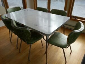 Early 1960s vintage dining table & leaf with 6 chairs.