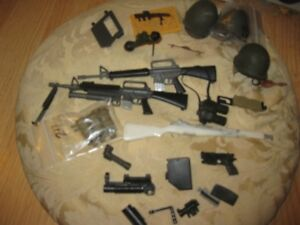 GI JOE  LOT DE CASQUE, ET DE RIFFLE  ET PLUS,see the pic