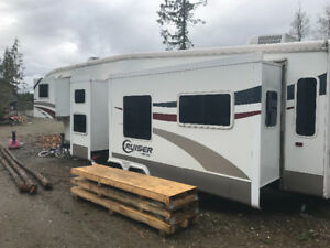 32 foot 2007 TRIPLE slide 5th wheel.  11935lbs dry.