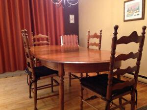 Table de cuisine avec extension. 4 chaises et meuble vitré