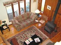 4 BR Exec CHALET HOME Woodstove WiFi GATINEAU Pk SatTV Phone