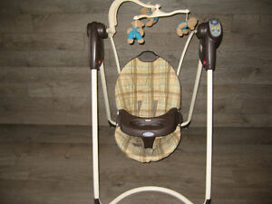 Graco Baby swing (Battery) with 6 speeds and plays music London Ontario image 1