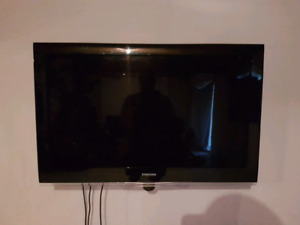 "samsung lcd 40"" TV with swivel wall mount"